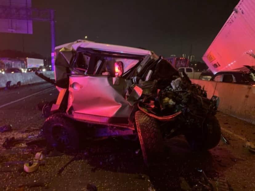 玉突き事故に巻き込まれたトヨタFJクルーザー