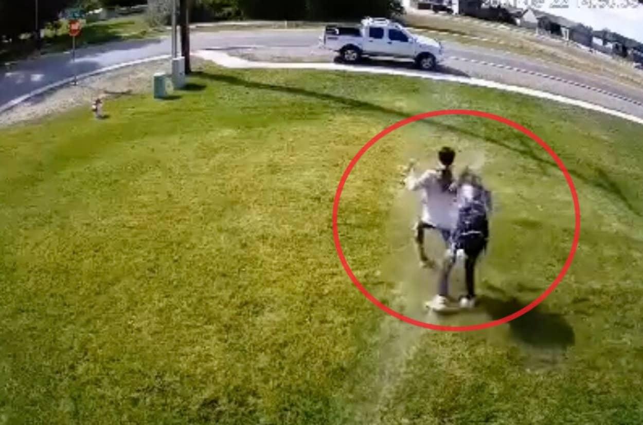 スプリンクラーで自宅の庭を横切る人を自動排除