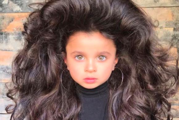 ふっさふさやないか!大毛量のロングヘアに魅了される人が続出中!5歳のモデル少女、ミアちゃん