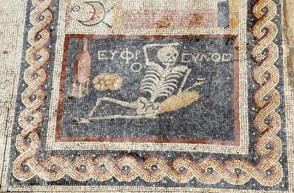 2400年前の漫画か?「元気に人生を楽しもう」というメッセージ付き骸骨モチーフのモザイクが発見される(トルコ)