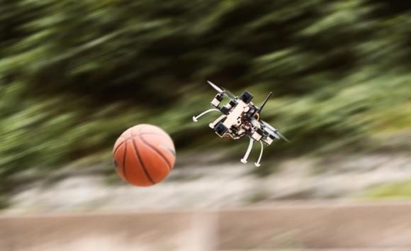 このドローンすごい!障害物検出システムでバスケットボールを巧みにかわす(スイス研究)