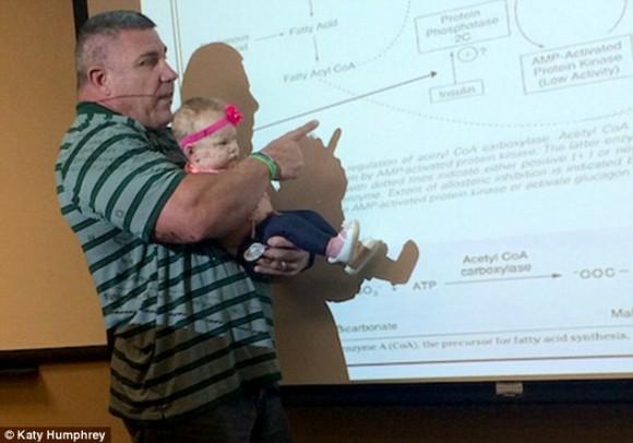 やむにやまれぬ事情で講義に赤ちゃんを連れていった女性に対して、マッチョな大学教授が咄嗟にとった行動が神がかっていた(アメリカ)