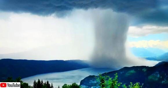 土砂降りの雨が湖に注ぎ込む瞬間のタイムラプス動画