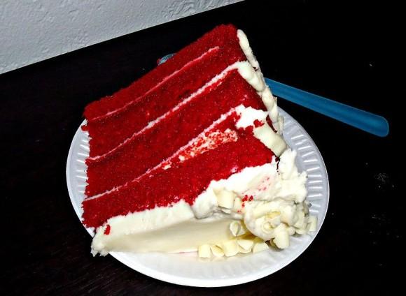 Red_velvet_cake_slice_e