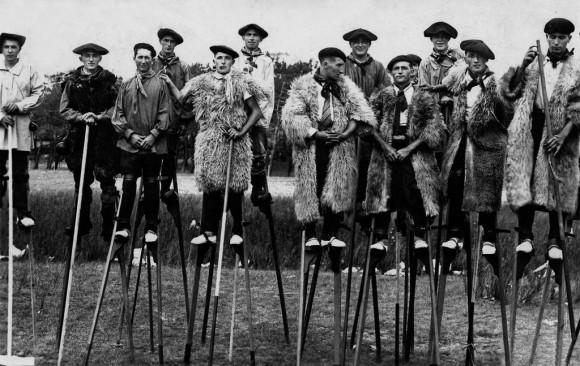 かつて、フランスの羊飼いたちは竹馬に乗っていた。