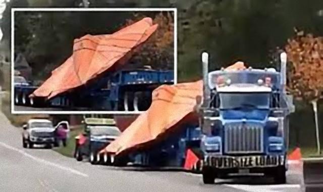UFOなのか?オレンジ色のシートに包まれた円盤状の物体を積んだトラックがエリア51付近で目撃される