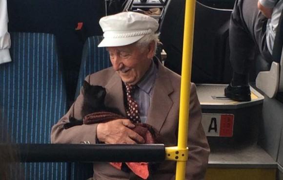 バスの中で幸せそうに猫を抱きかかえるおじいさん。仲睦まじい一人と一匹の様子に対する海外の反応(トルコ)