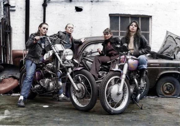 アメリカのモーターサイクルギャング「ヘルズ・エンジェルス」に所属した女性たちの写真をカラー化(1960年代~70年代)