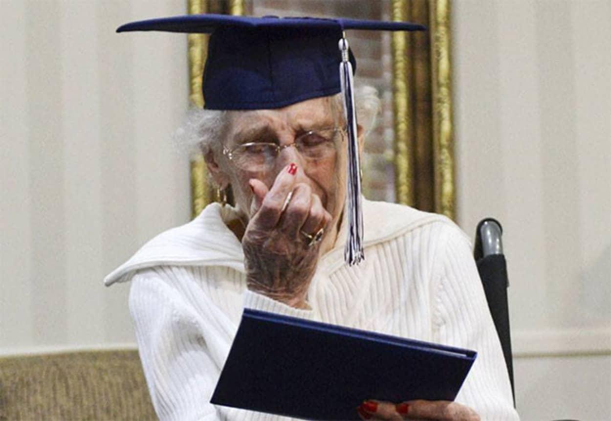 97歳で念願の卒業証書を受け取ったおばあさん