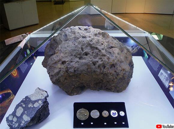 謎めくミステリー。隕石が展示されているケースが突然浮かび上がる怪現象が発生(ロシア)