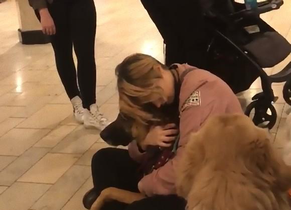 子供に介助犬を撫でさせたかった母親。それを断られてブチ切れ、口喧嘩がエスカレート(アメリカ)