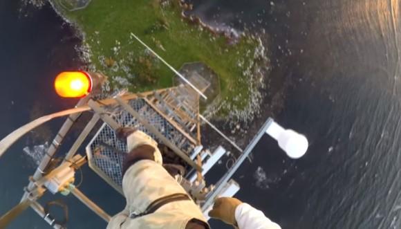 どうかしてるぜ!高さ140メートルの鉄塔に登る人のヘッドカメラ映像(高所恐怖症注意)