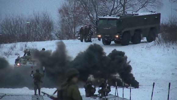 ロシア軍が最新技術を利用して凍った川に軍橋を架ける映像を公開