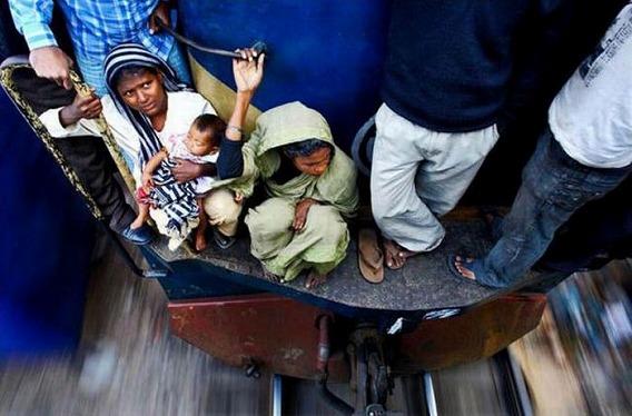 harrowing_bangladesh_train_hopping_images_16