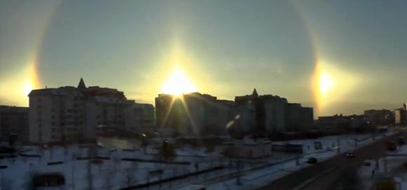 モスクワに太陽が3つ並んだ日。地下鉄の車内からとらえた「幻日現象」