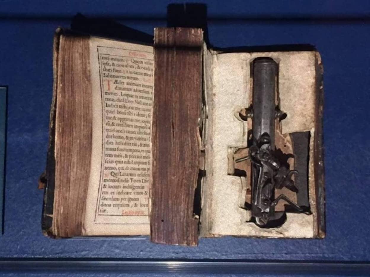 聖書に仕込まれた銃「バイブル・ガン」