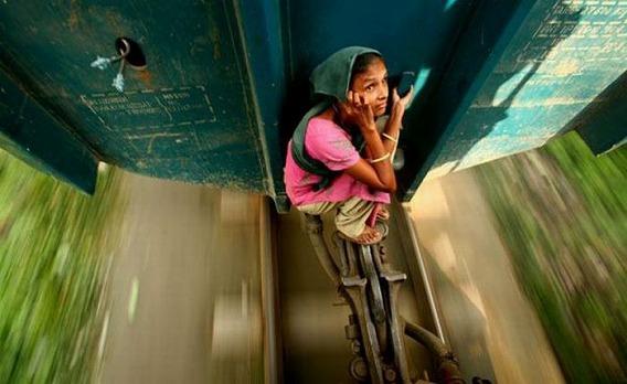 harrowing_bangladesh_train_hopping_images_07