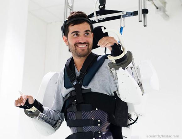 全身麻痺の男性が、脳波で動かす外骨格ロボットスーツで再び歩く(フランス研究)