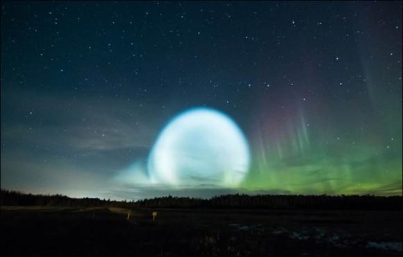 これどんなUFO?シベリア上空をまばゆいばかりに照らす巨大な光球。その正体は?