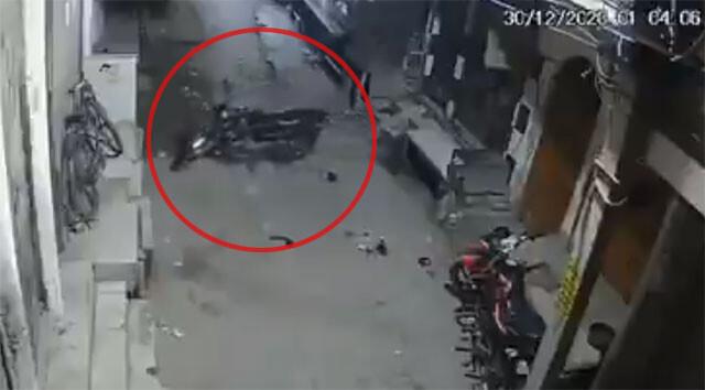 ポルターガイスト現象か?無人のバイクが突如動き出す瞬間をとらえた監視カメラ映像
