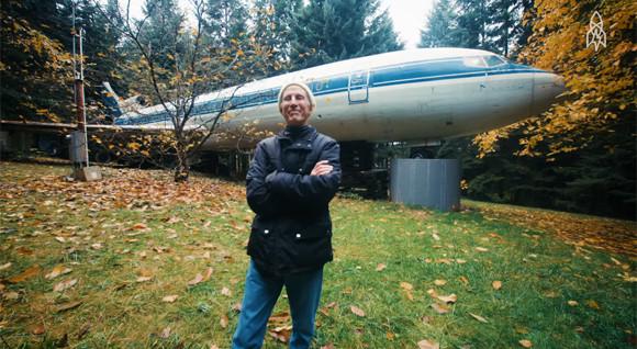 森の中で一人、ボーイング727旅客機で暮らす男性(アメリカ)