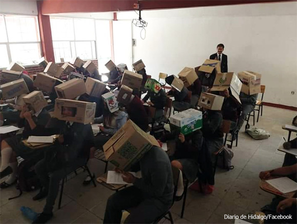 カンニング防止のため生徒の頭に段ボールを被せた教師、親らから非難の嵐(メキシコ)