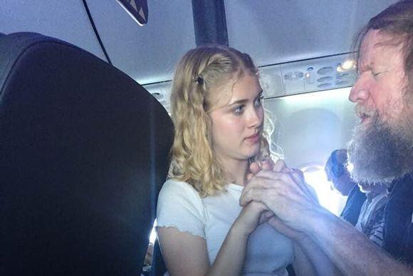 目と耳の両方が不自由な男性が飛行機内に。どうやって助ければ?15歳の少女が率先して男性を導いていくその姿にやさしさが連鎖した(アメリカ)