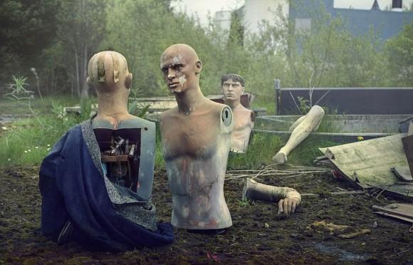 街で見かけたホラーな光景、イギリスのテーマパーク廃墟に体がバラバラとなって打ち捨てられたマネキンゾンビ