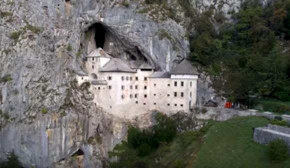洞窟の崖に埋まるように建てられた13世紀のトリッキーな城「プレッドヤマ城」(スロベニア)