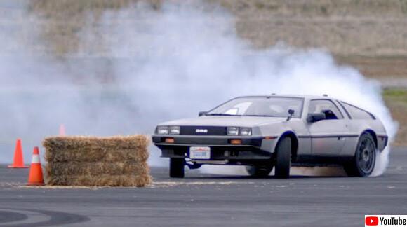 バック・トゥ・ザ・フューチャーの名物車、デロリアンが自動運転車に改造され華麗なドリフトを決める