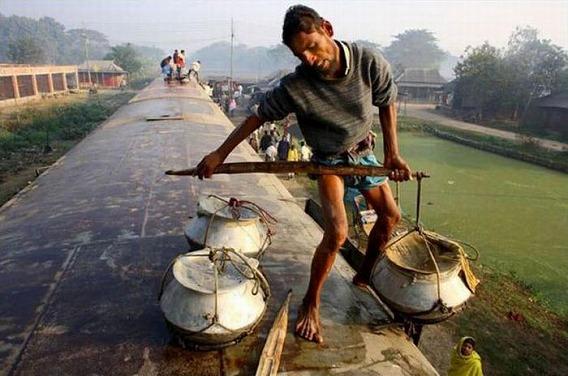 harrowing_bangladesh_train_hopping_images_12