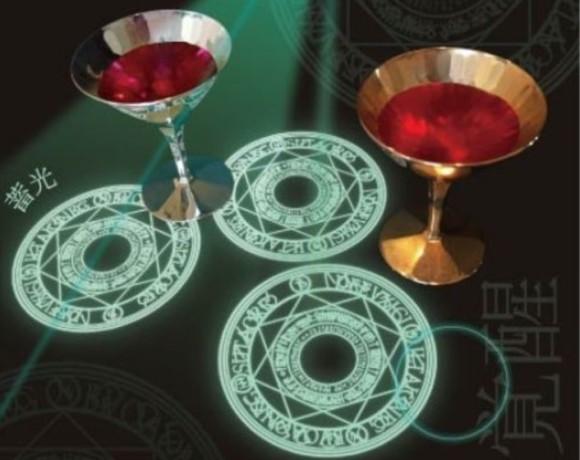 闇の中で妖しい儀式を楽しめるとかいう「光の魔法陣シール」爆誕。防水仕様のため液体に魔力をメルティさせることも可能