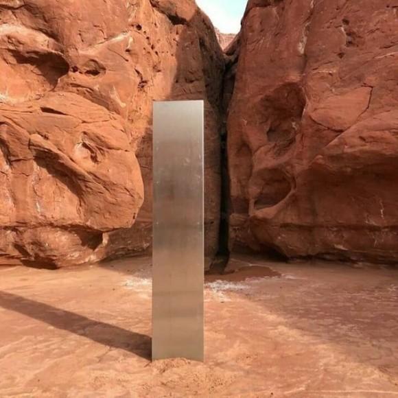 何このモノリス。砂漠に謎の金属製の柱が発見される(アメリカ・ユタ州)