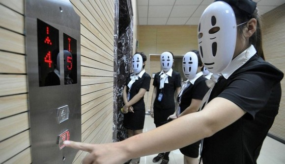 毎日笑顔で応対は疲れちゃうから。社員全員がマスクをかぶり表情を隠す「カオナシの日」(中国)