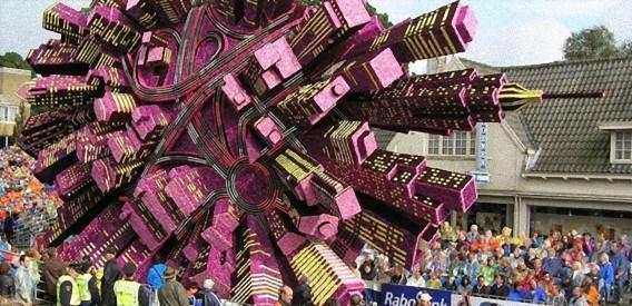 すごいだろ、これ全部花でできてるんだぜ。オランダのフラワーパレードの花車の造形がシュール