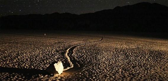 デスバレーの動く石の謎、ついに解明か?