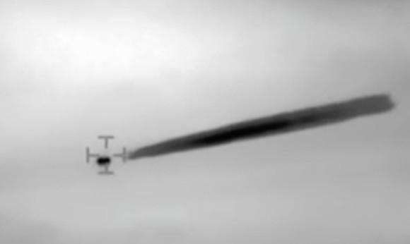 チリ海軍のヘリコプターから撮影した気体物質をまき散らしながら飛行するUFO映像