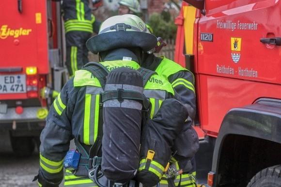 頭にシャンプーをつけたまま現場に向かう消防士