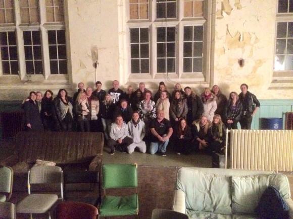 心霊現象で有名な廃墟孤児院で記念撮影。29人のはずが30人に・・・(イギリス)