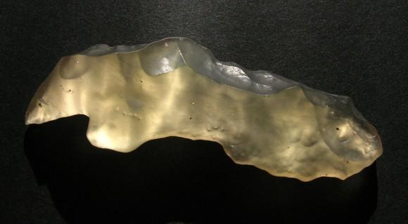 隕石の衝突によって作られた砂漠のガラス「リビアングラス」