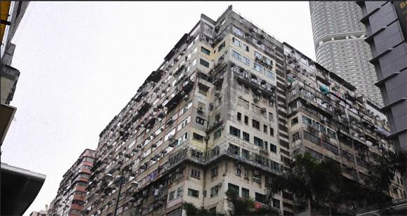 今はなき九龍城砦の面影を求めて、世界中のバックパッカーたちが集まる香港の巨大複合ビル「重慶大厦(チョンキンマンション)」