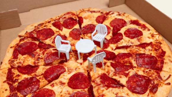 ピザの中心で何を語る?ピザを注文すると「真ん中に刺さっているアレ」を活用したかわいいおまけが付いてくる(カナダ)