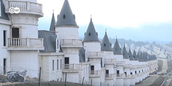 ディズニー風なファンタジー溢れるお城が立ち並ぶ高級リゾートが半分廃墟に(トルコ)