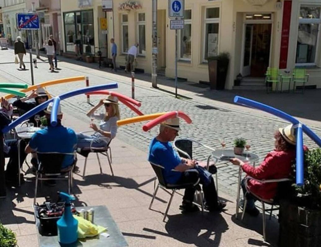 カフェでくつろぐ人々の頭に巨大タケコプター?規制緩和後の新たなる試み(ドイツ)