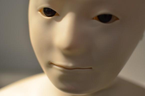 ロボットが人間に近づく過程で起...