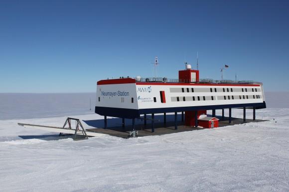 2560px-Neumayer_Station_Antarctica_2009-12_2_e