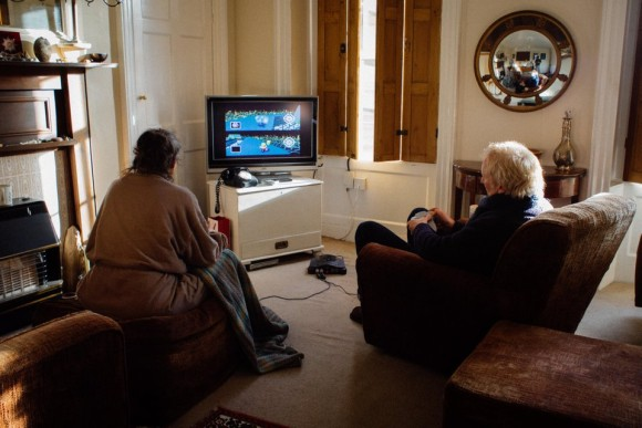 2001年から毎日、マリオカートで対戦するのが楽しみになっている老夫婦。負けた方がお茶を入れるという罰ゲーム付