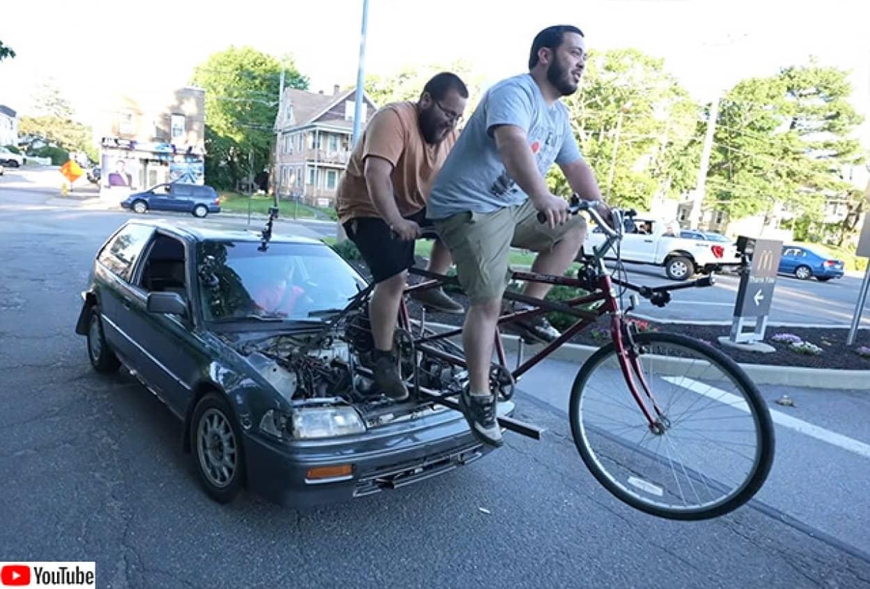 自転車を漕いで動かす人力自動車