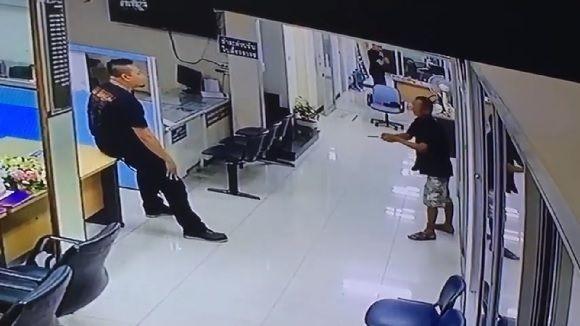 ナイフを持って警察署に侵入した男に対し、暴力ではなくハグで解決した警官(タイ)