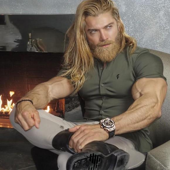 筋肉自慢のモデルがゴリゴリの体にぴっちりのシャツを着たファッションブランドの広告にネットがどよめく
